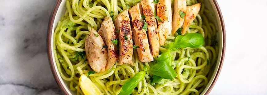 spaghetti-con-salsa-pesto-y-pollo